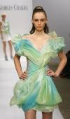 1-robe-courte-a-effet-neuphar-en-organza-irise-en-degrade-de-vert_bleu-ceinture-brode-de-petits-galets